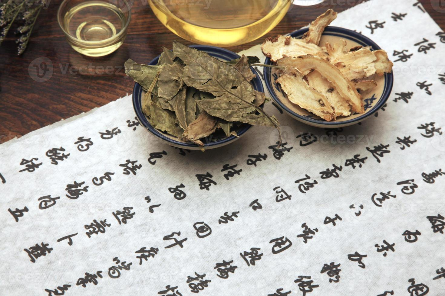 medicina herbaria china y juego de té foto