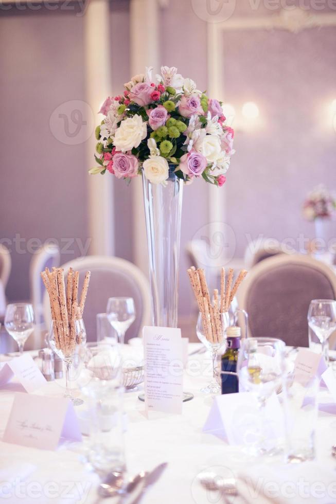 mesa de boda bellamente decorada foto