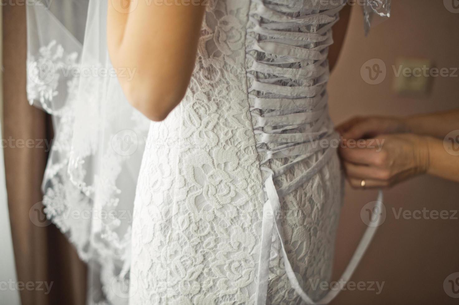 Zashnurovyvaniye of a dress of the photo