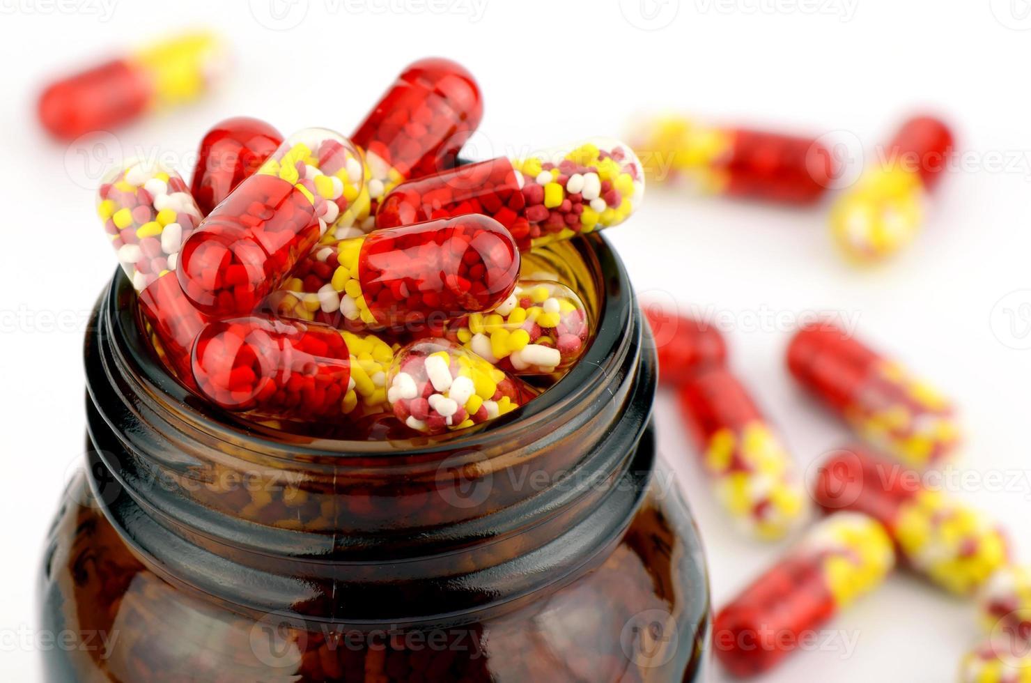 colorido de medicamentos orales sobre fondo blanco. foto