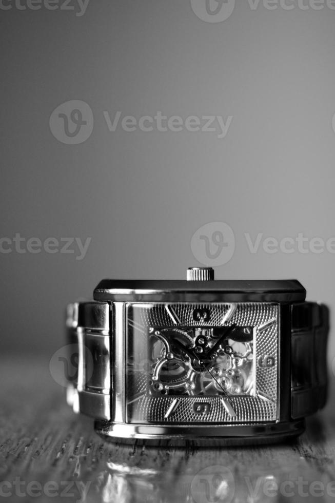 reloj de pulsera en blanco y negro foto