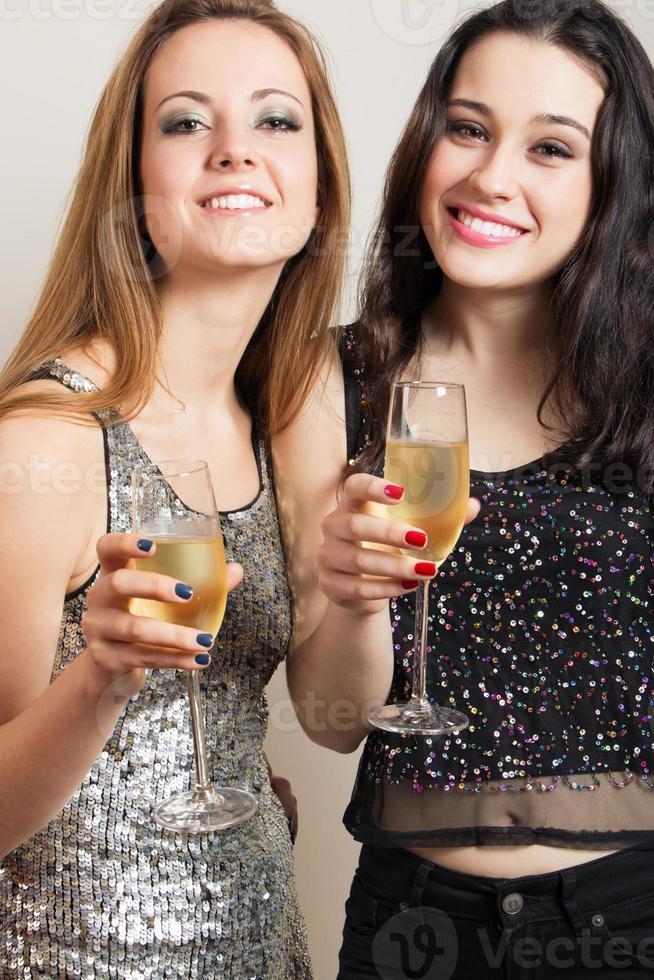 chicas fiesteras con champagne foto