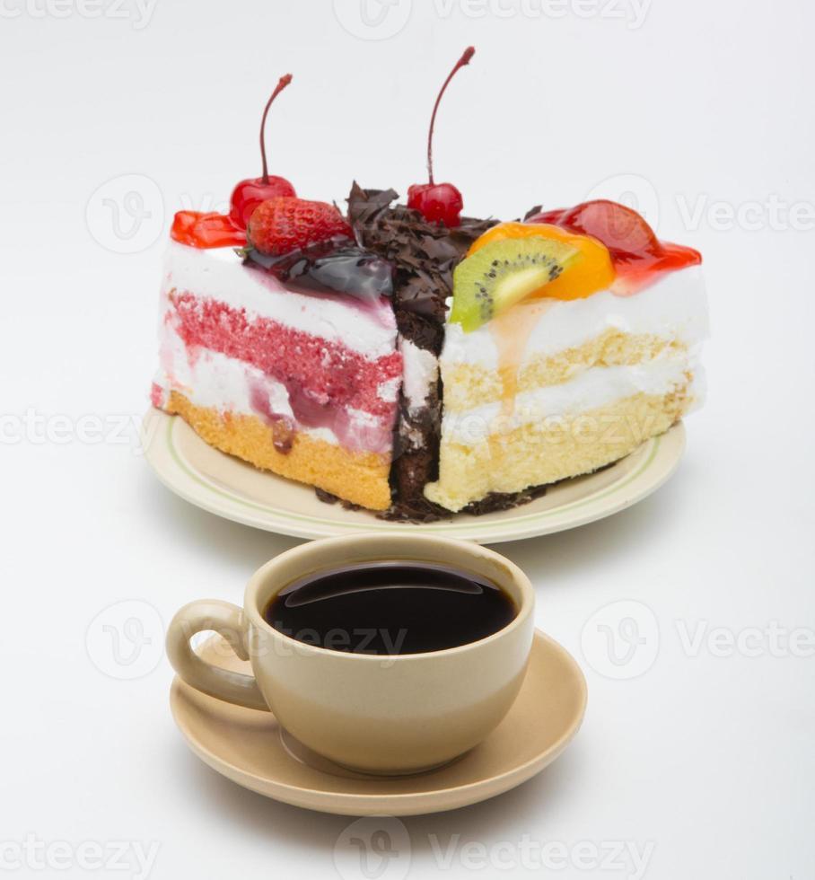 Taza de café y un delicioso pastel sobre fondo blanco. foto