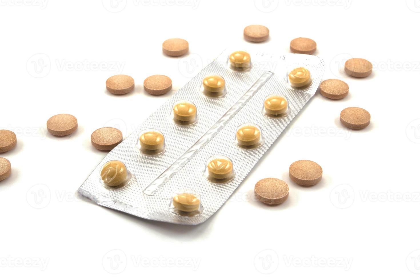 medicamentos sobre fondo blanco foto