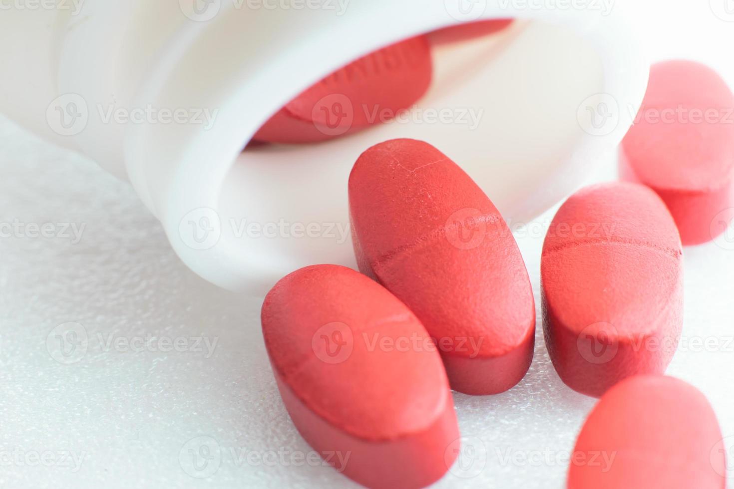 pastillas rojas aisladas foto