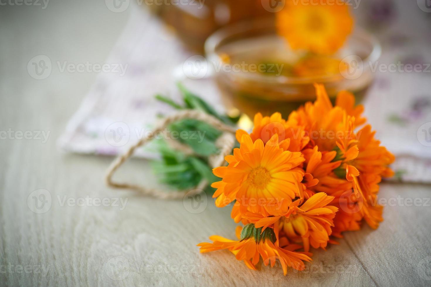 té de hierbas con flores de caléndula foto