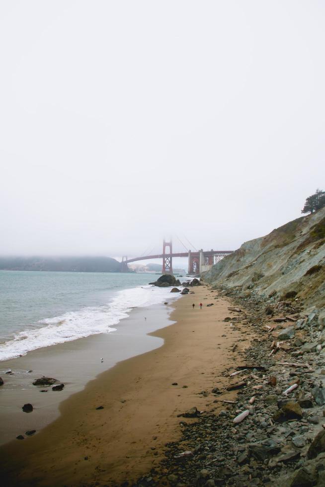 niebla que cubre el puente golden gate foto