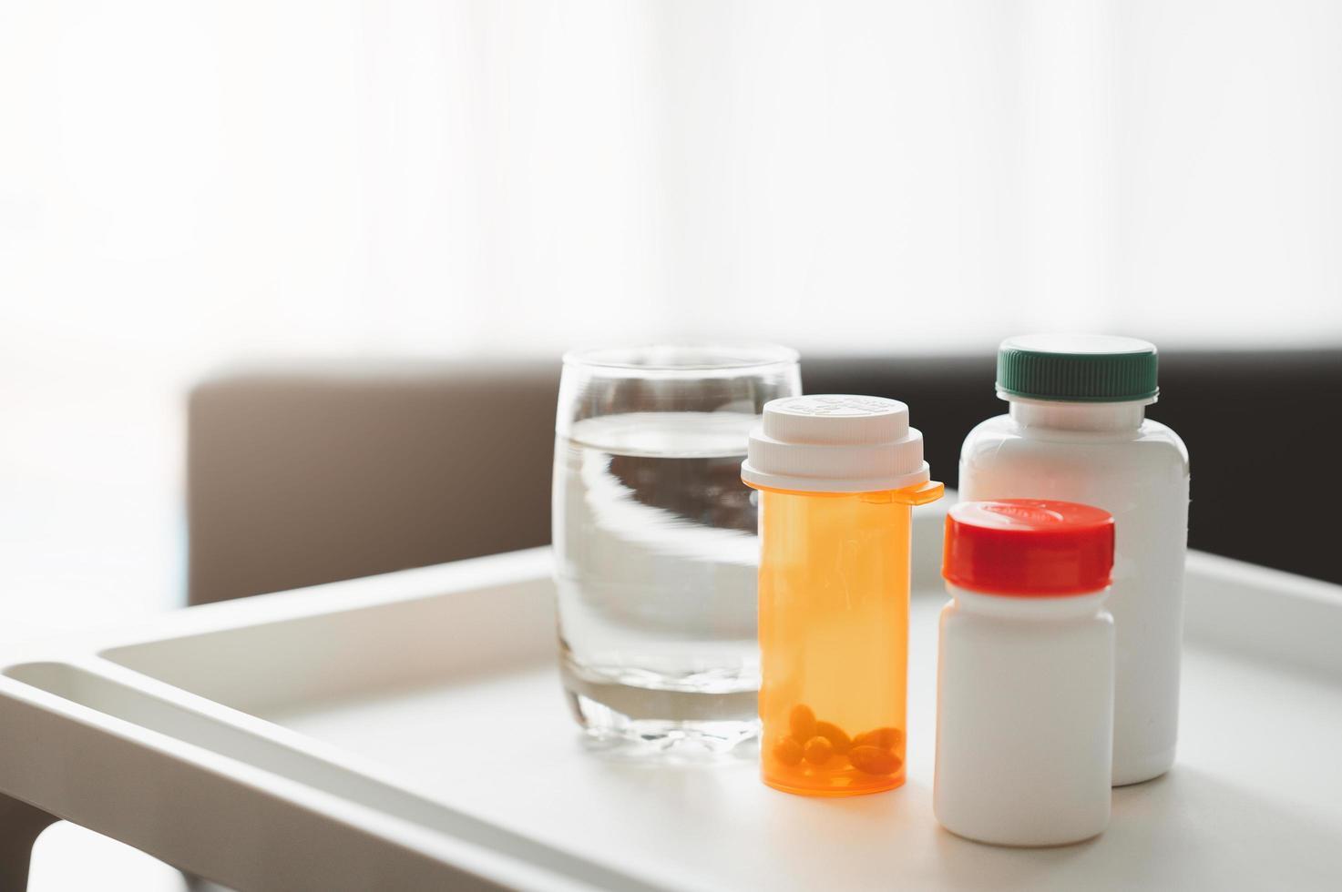 medicina y vaso de agua foto