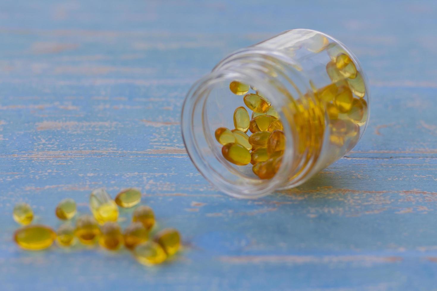 Close-up de botella de pastillas de aceite de pescado foto