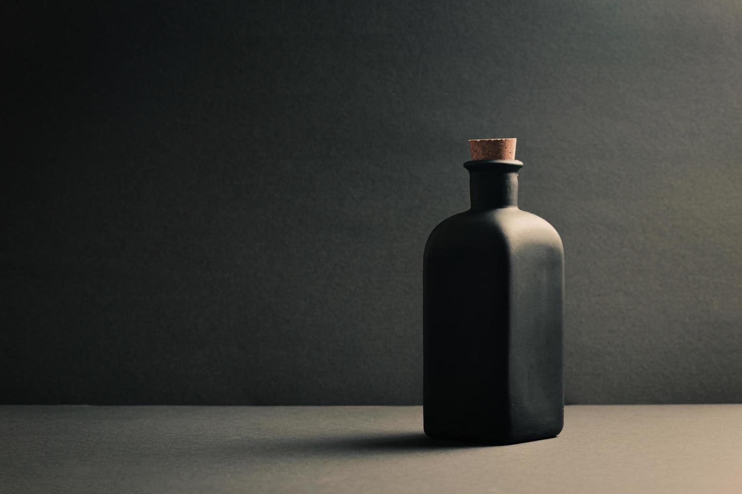 botella de cerámica negra única foto