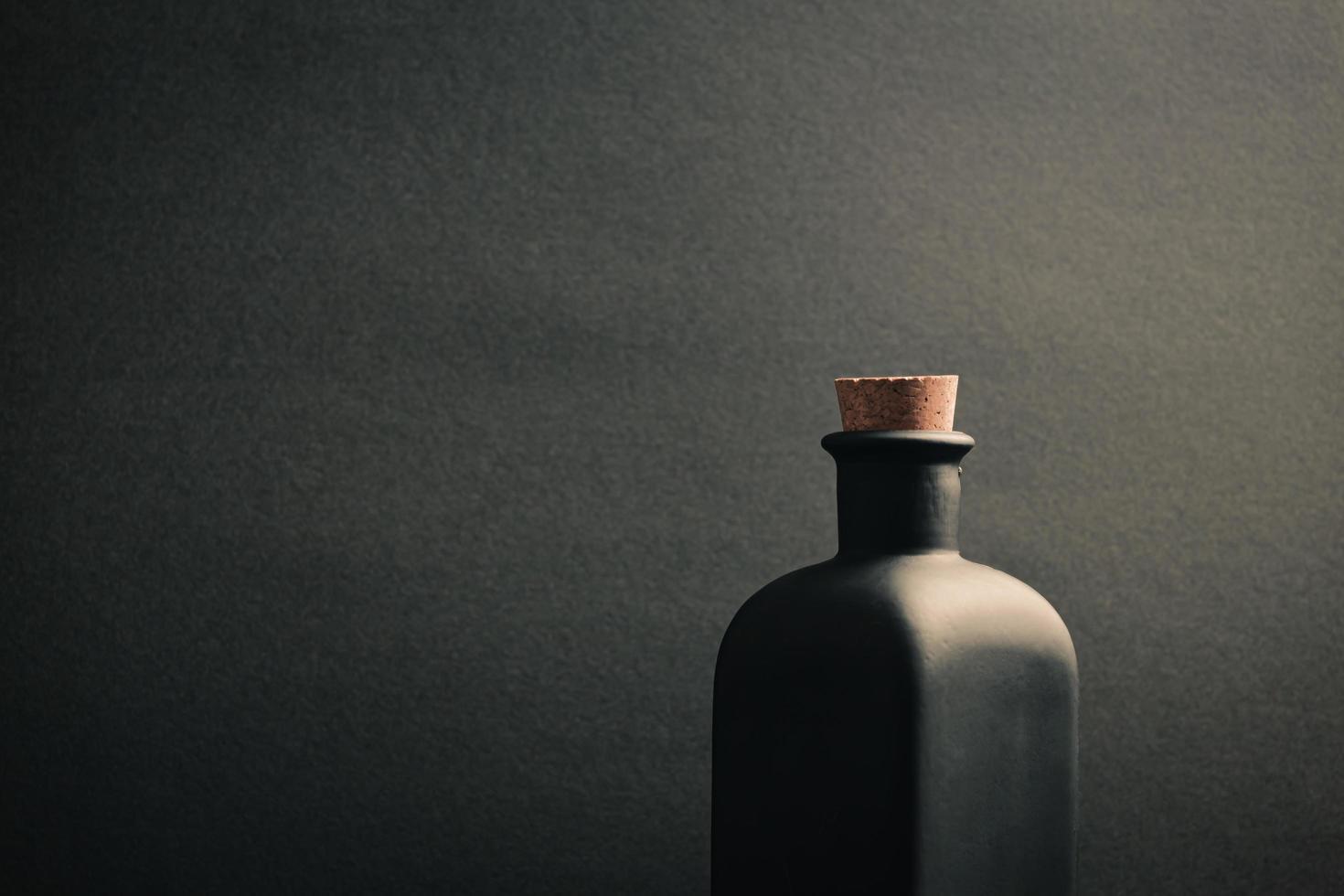 botella de cerámica negra foto