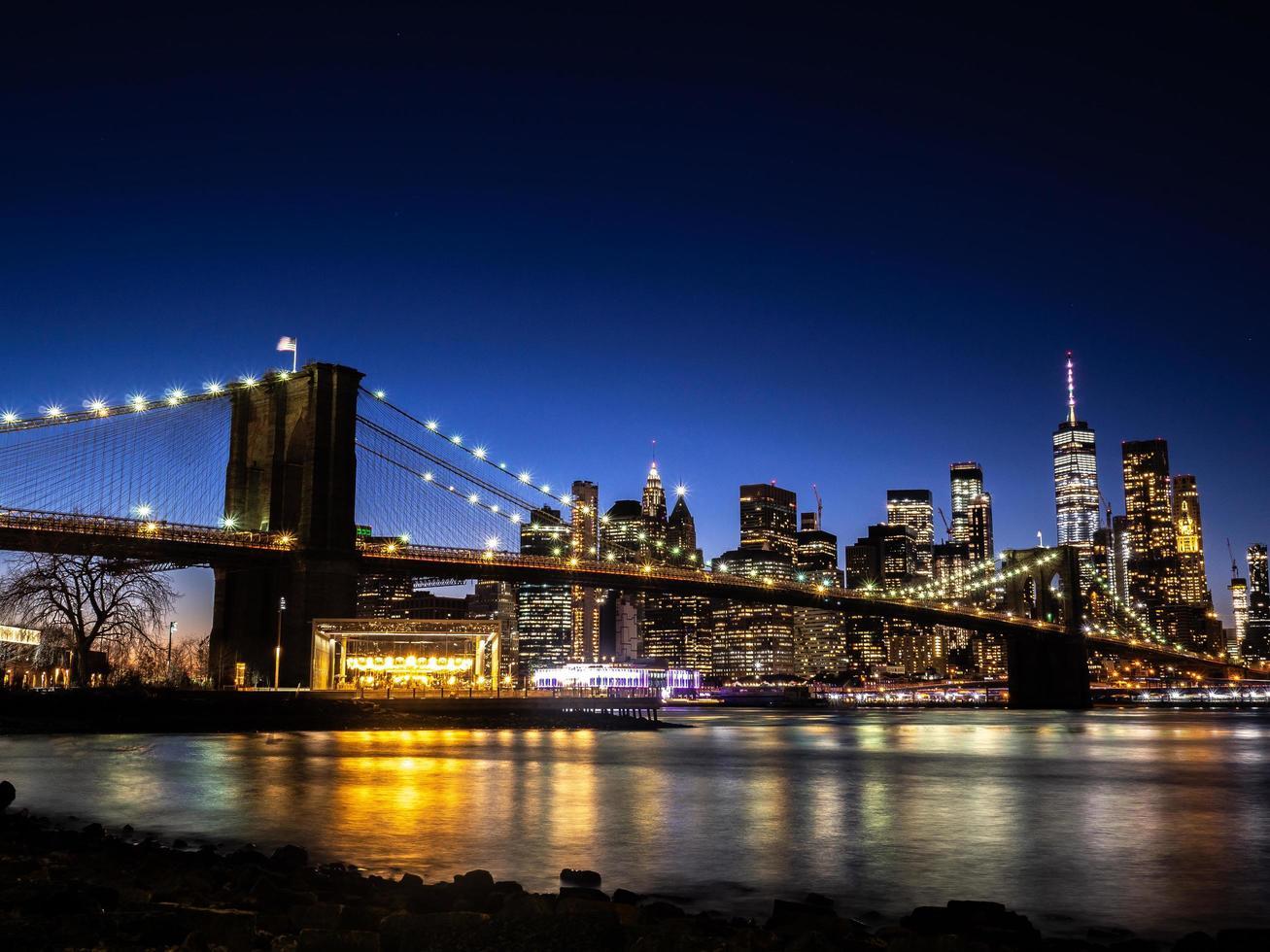 puente de brooklyn sobre el río este foto