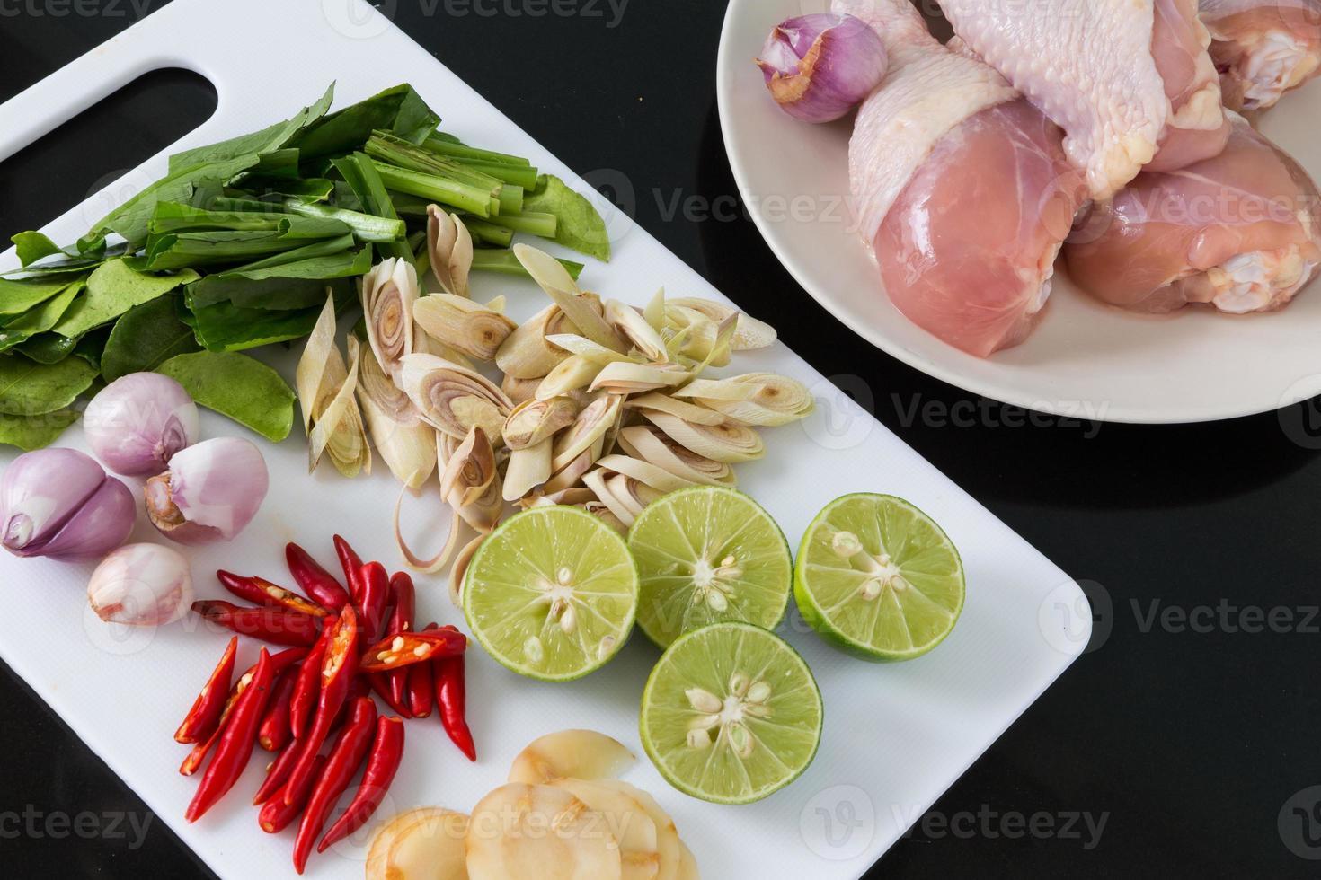 ingredientes de la sopa thai tom yum foto