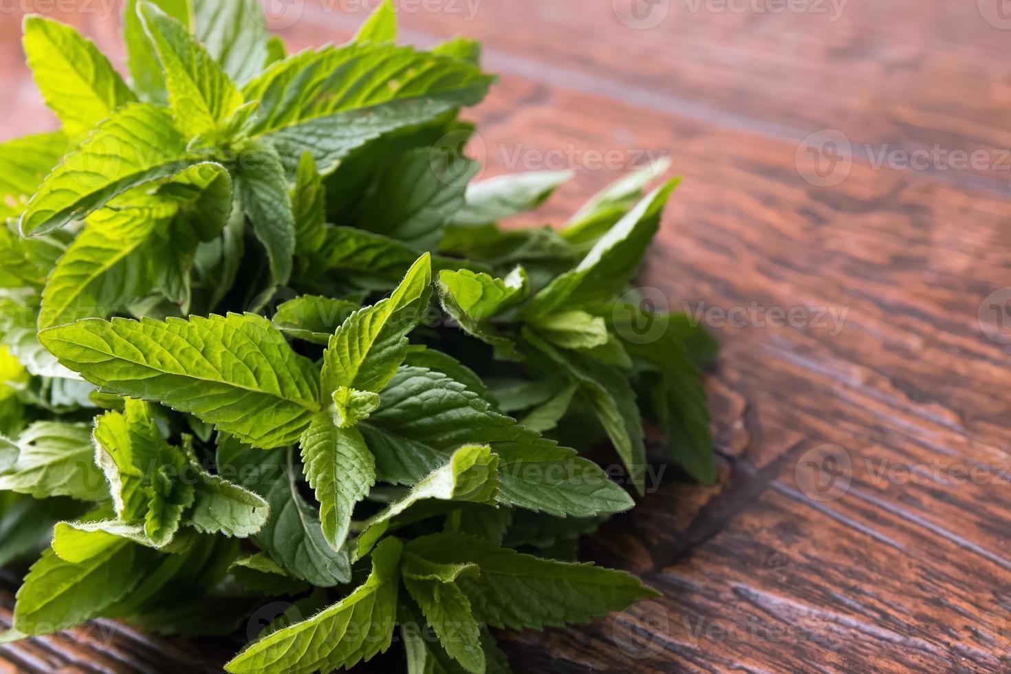 hojas de menta en la mesa foto