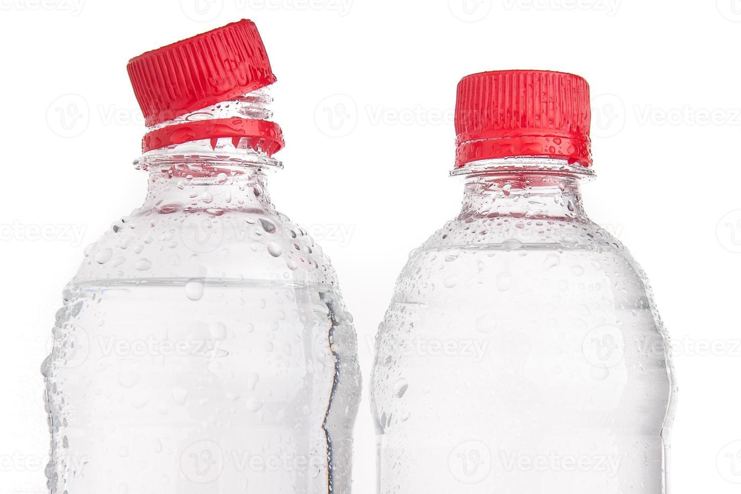 Botellas de plástico de agua potable aisladas foto