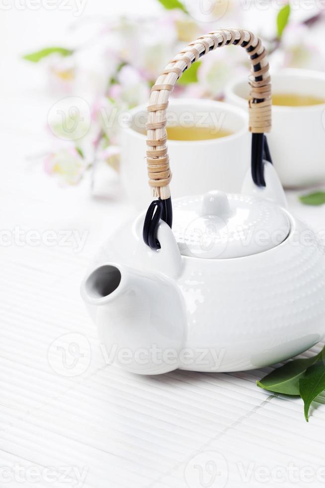 juego de té chino y flor de sakura rosa foto