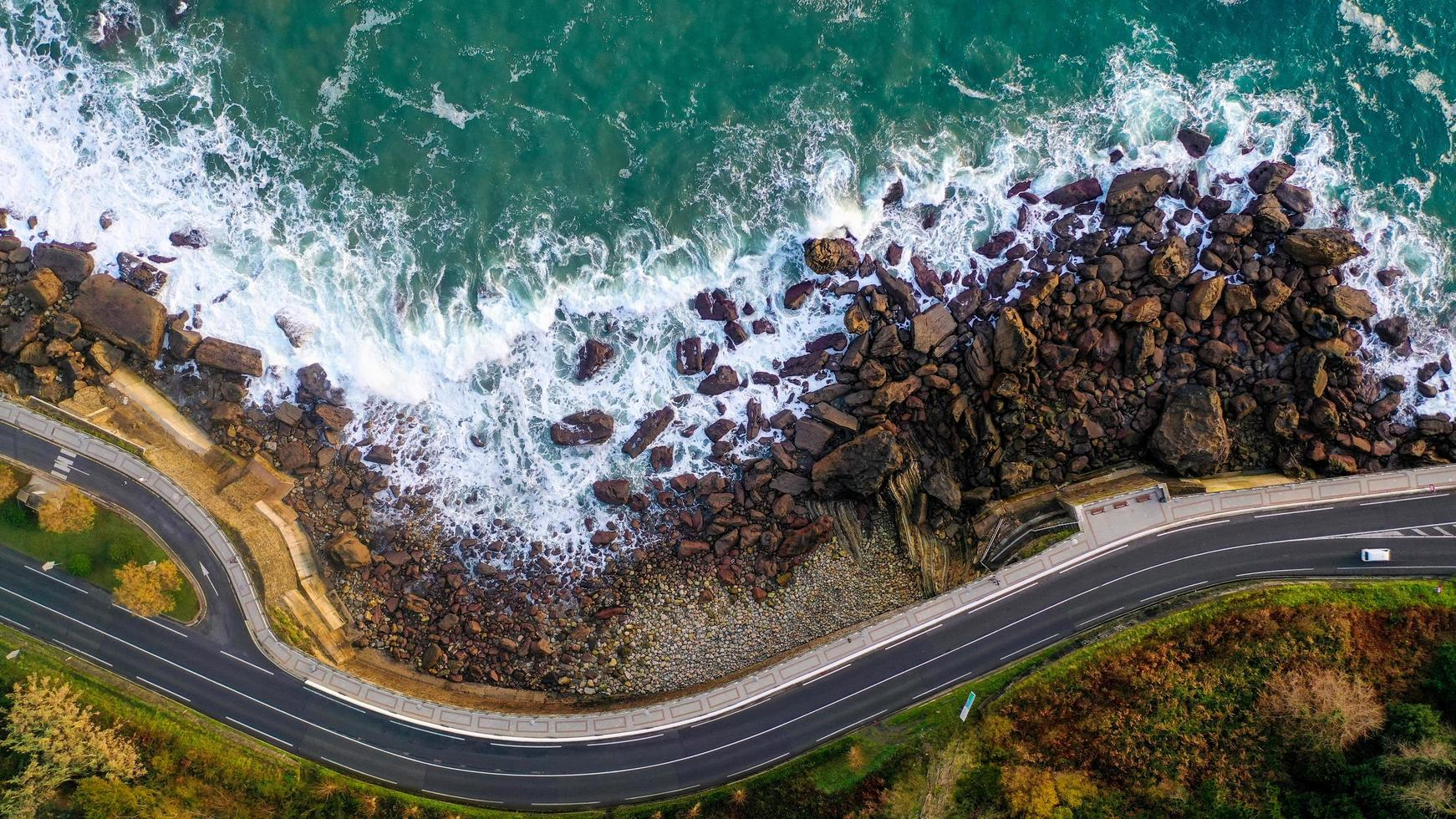 vista aérea de la orilla del mar y una carretera. foto