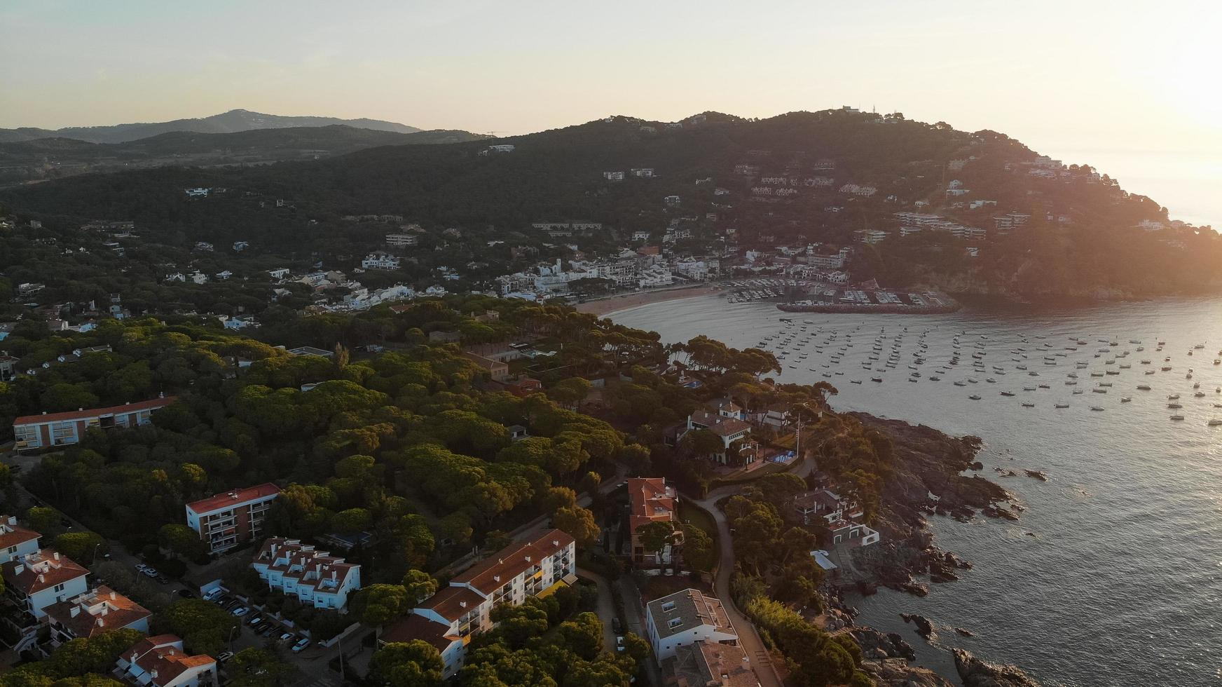 ciudad a la orilla del mar foto