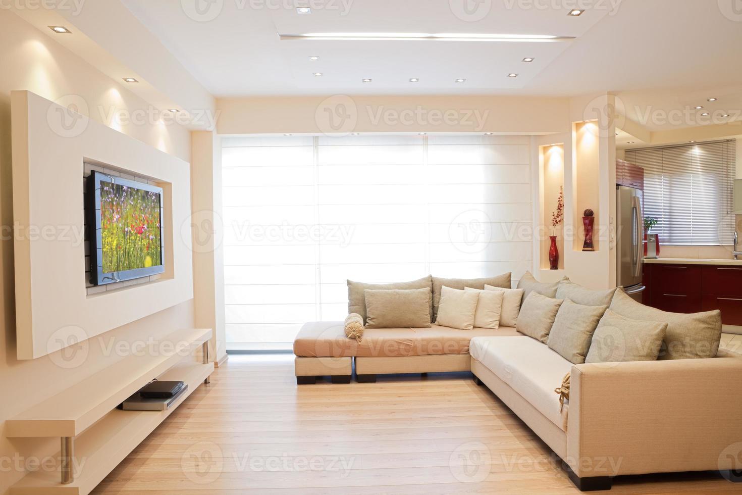 Interior moderno de la sala de estar en tonos blanquecinos. foto
