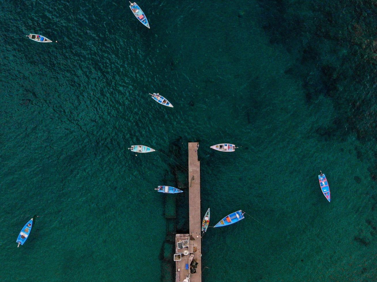 Vista aérea de barcos cerca de un muelle. foto