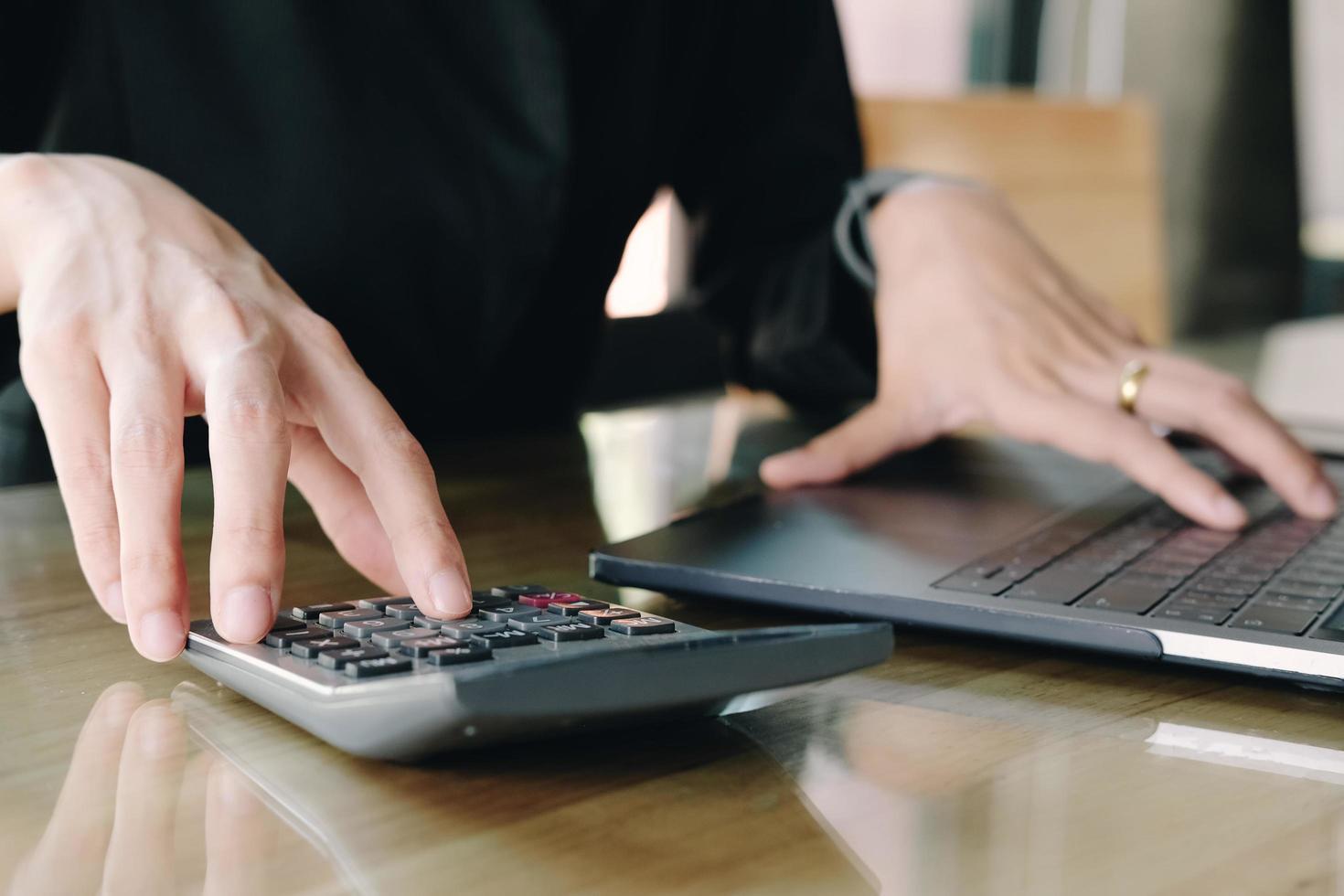Cerrar empresaria usando calculadora foto