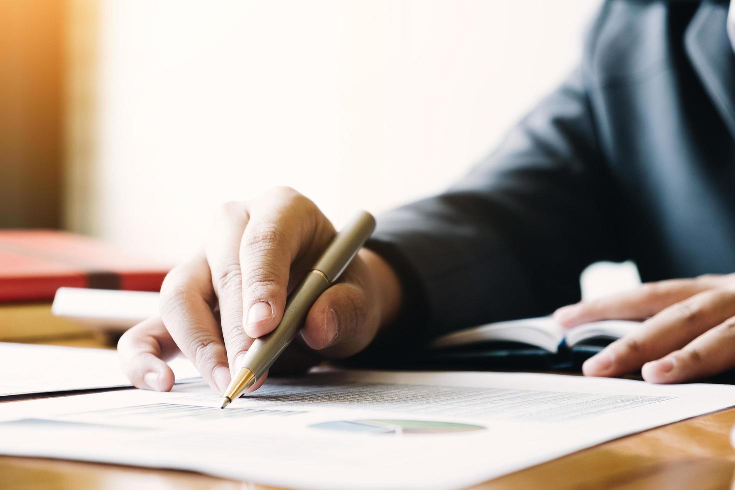Imagen obtenida de: https://static.vecteezy.com/system/resources/previews/001/269/424/non_2x/close-up-of-businessman-writing-on-report-free-photo.jpg