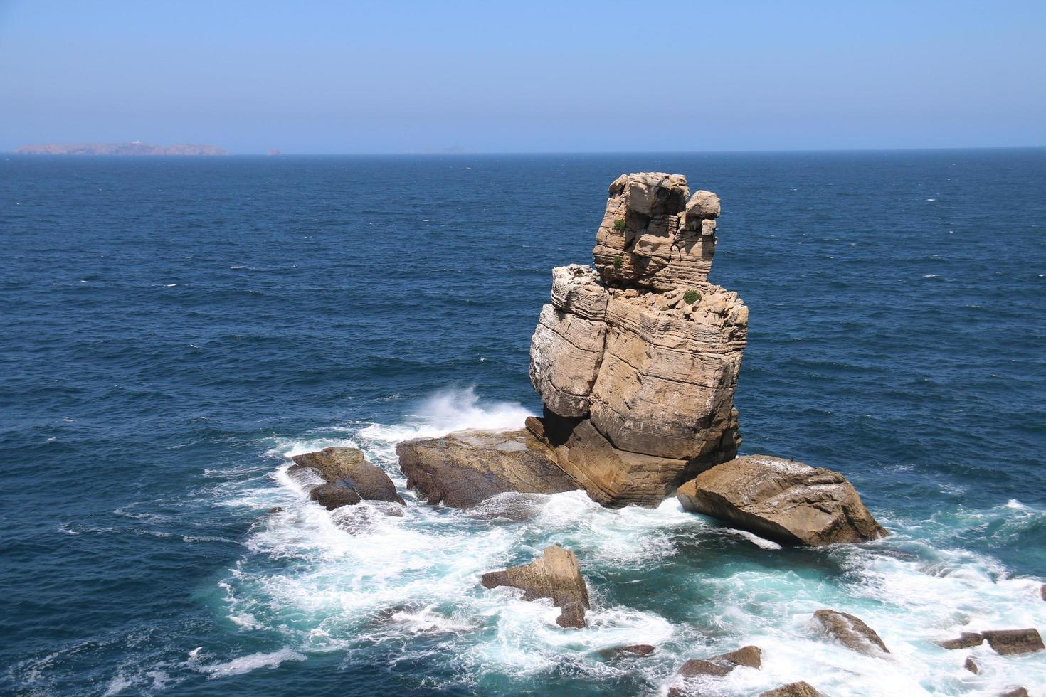 rocas costeras en el océano azul foto