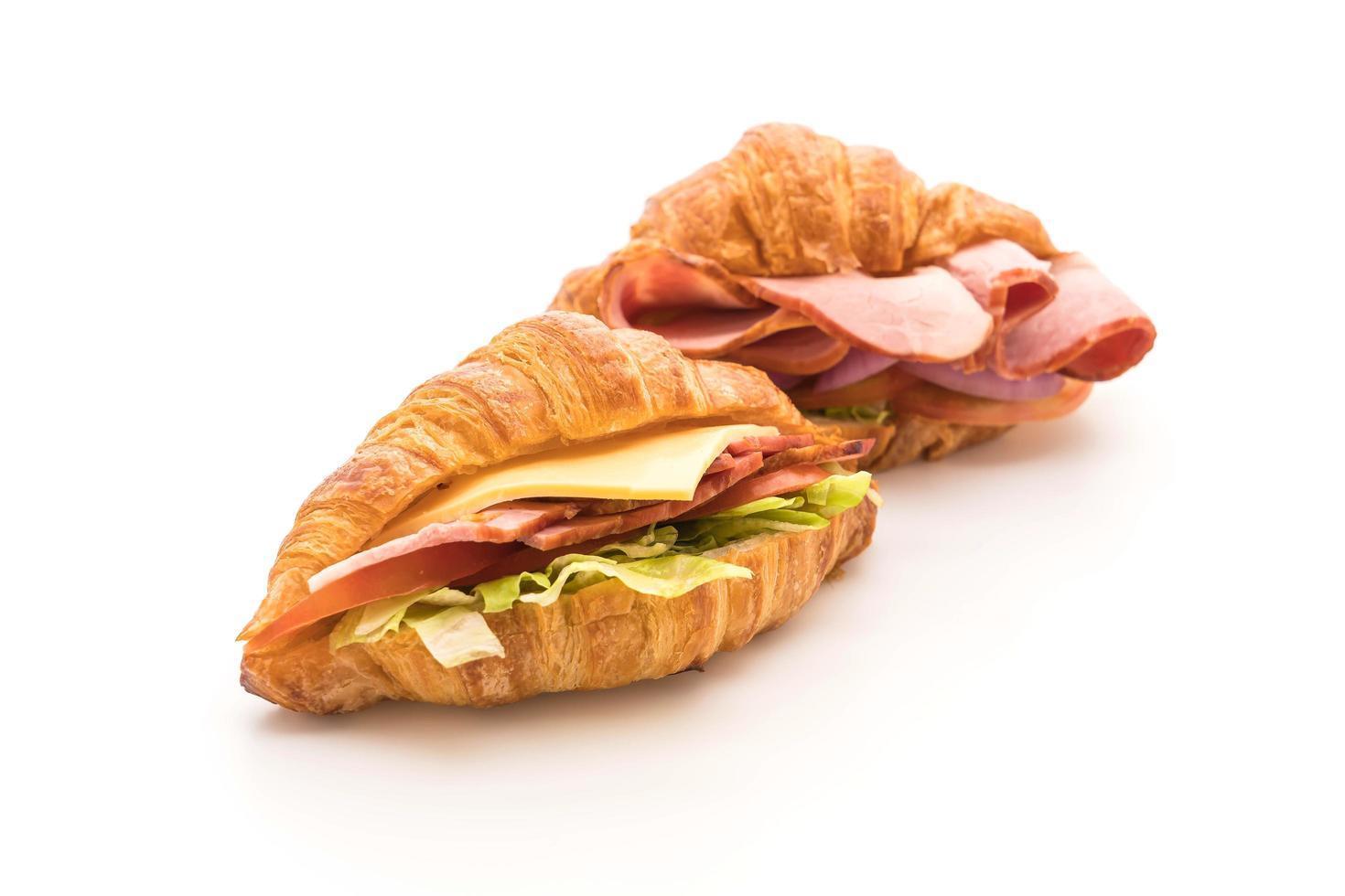 Sándwich de jamón croissant sobre fondo blanco. foto
