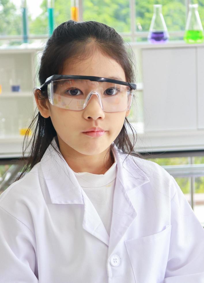 niño científico en el laboratorio foto