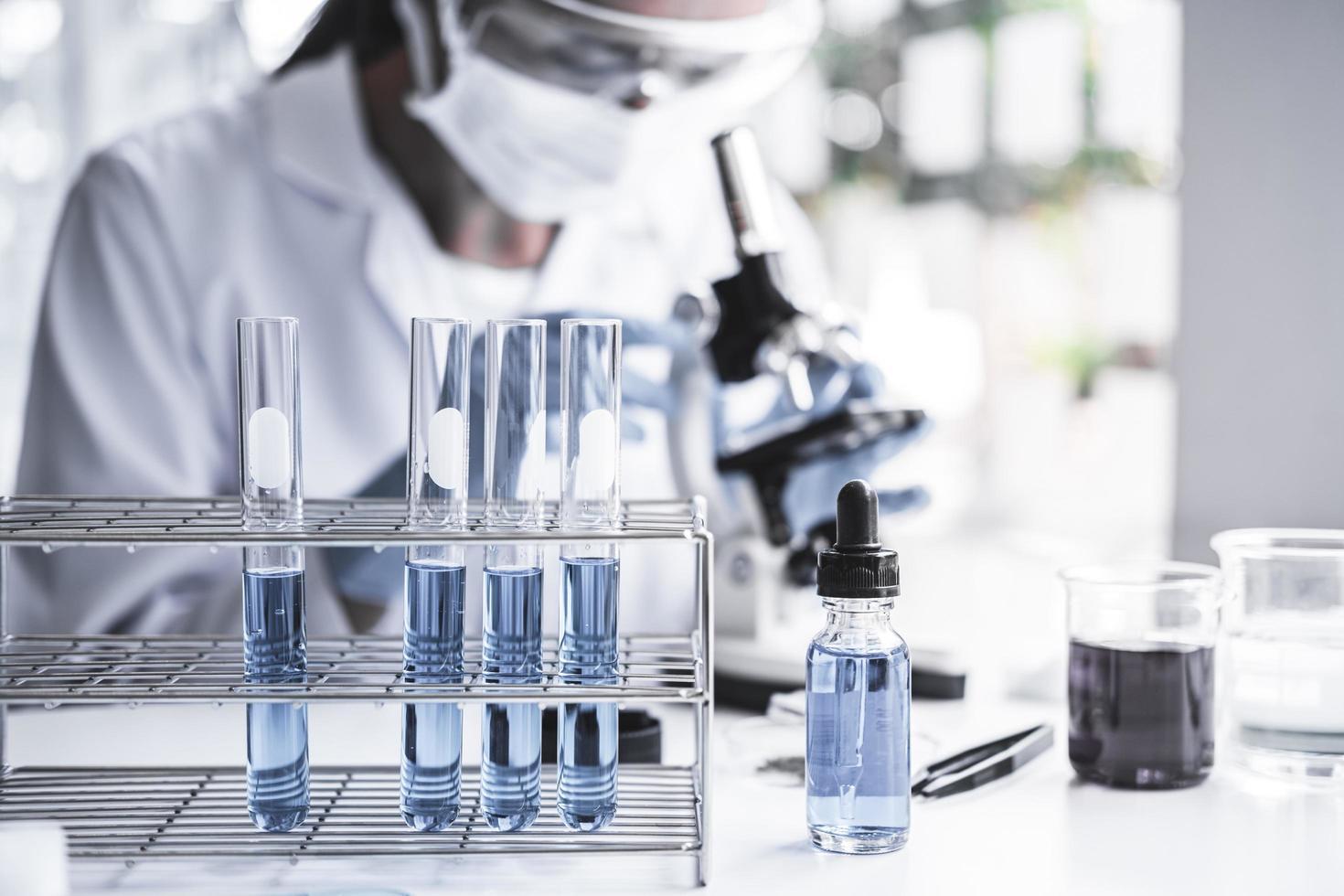 El químico está analizando la muestra en el laboratorio. foto