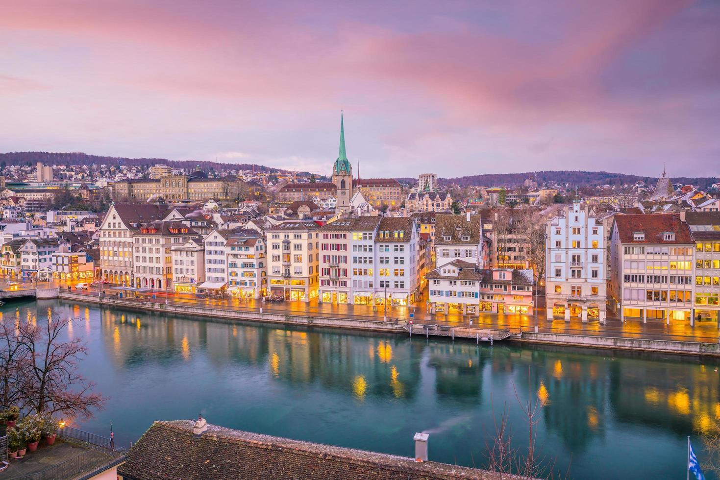 Paisaje urbano del centro de Zurich en Suiza foto