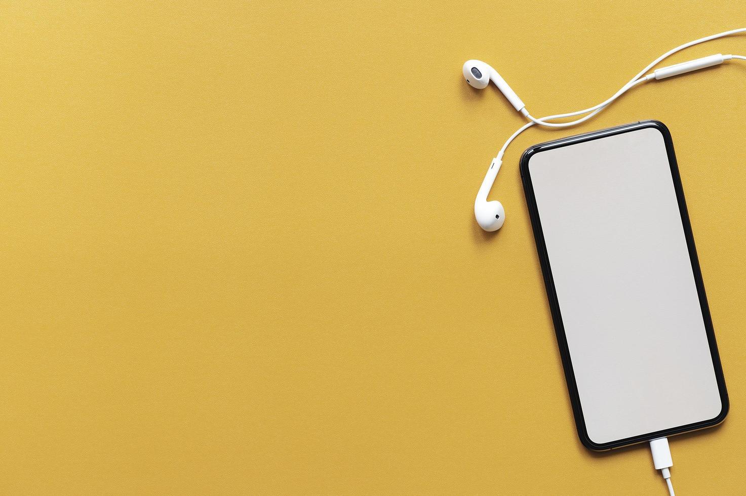 vista superior maquete de smartphone em um fundo amarelo foto