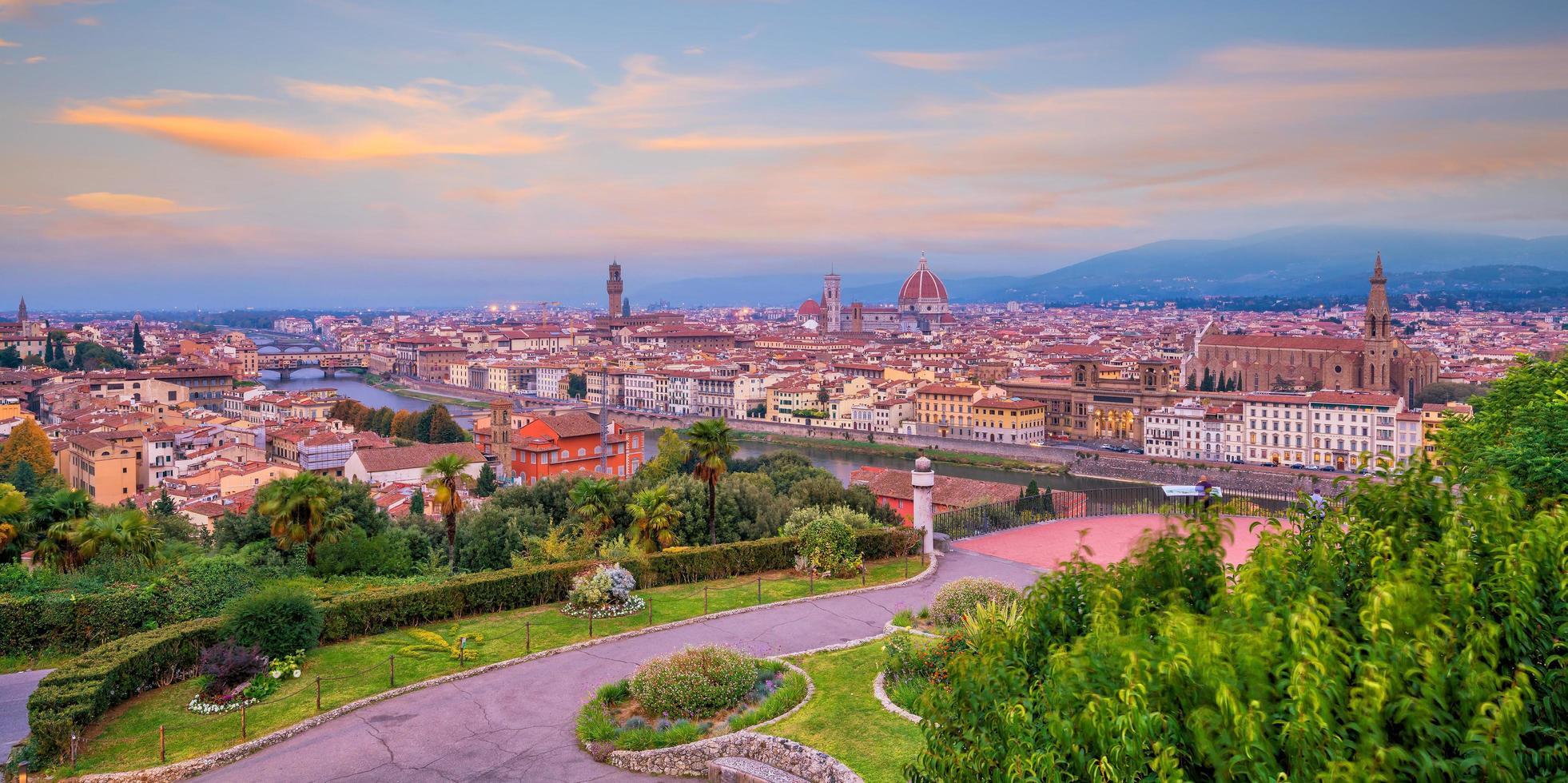 Vista del horizonte de la ciudad de Florencia desde la vista superior al atardecer foto