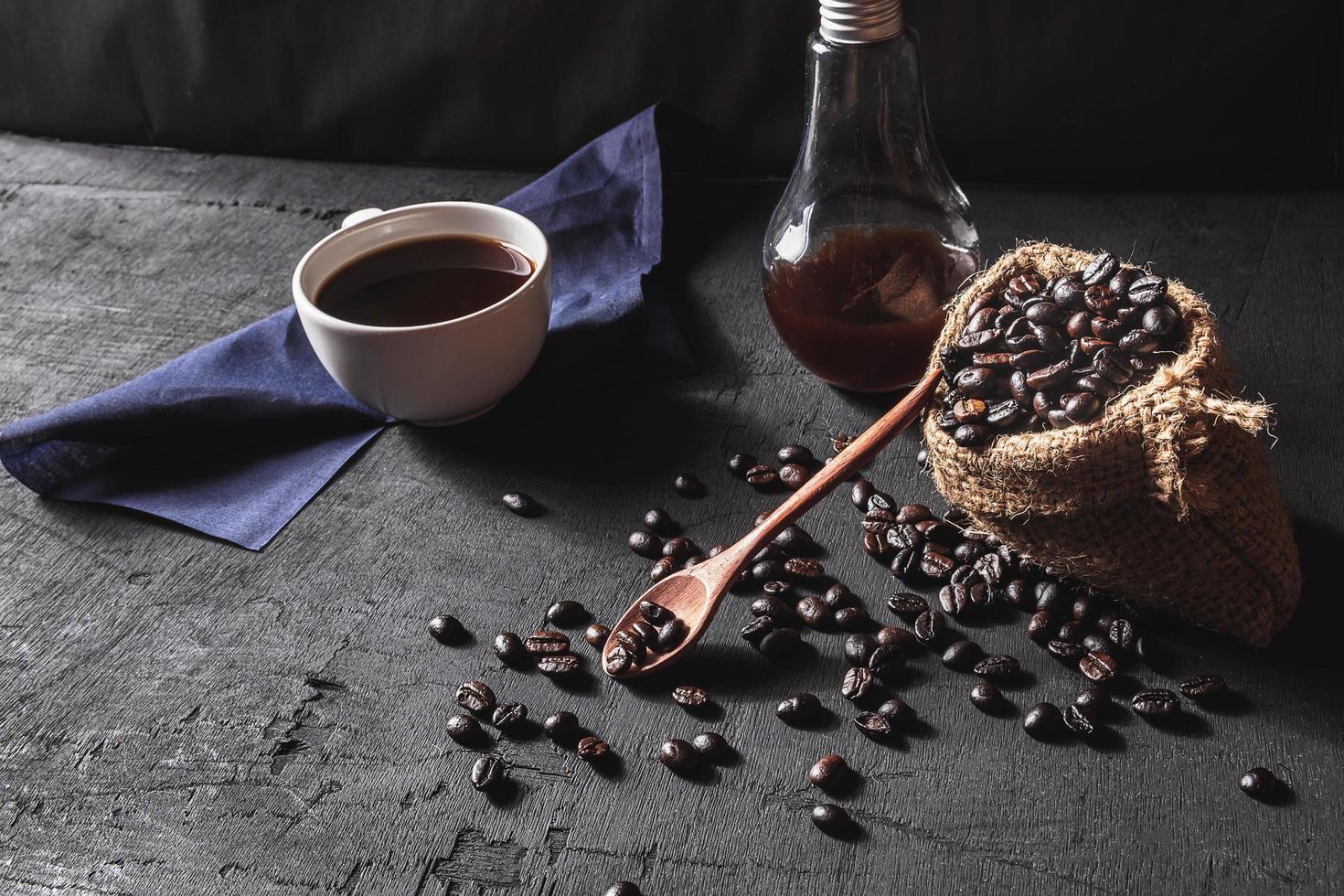 café caliente y granos de café crudo foto