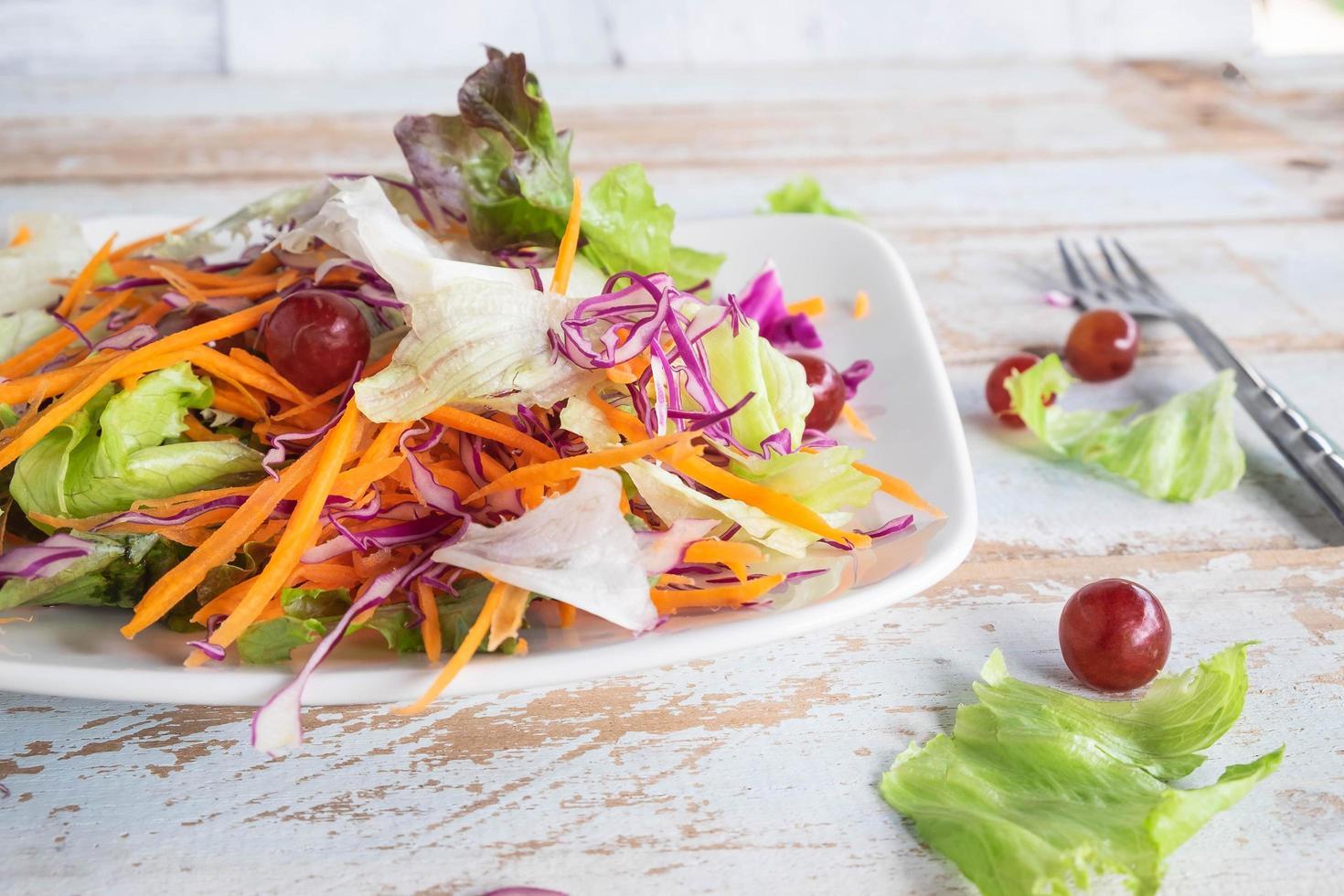 Ensalada de verduras en la mesa de madera foto