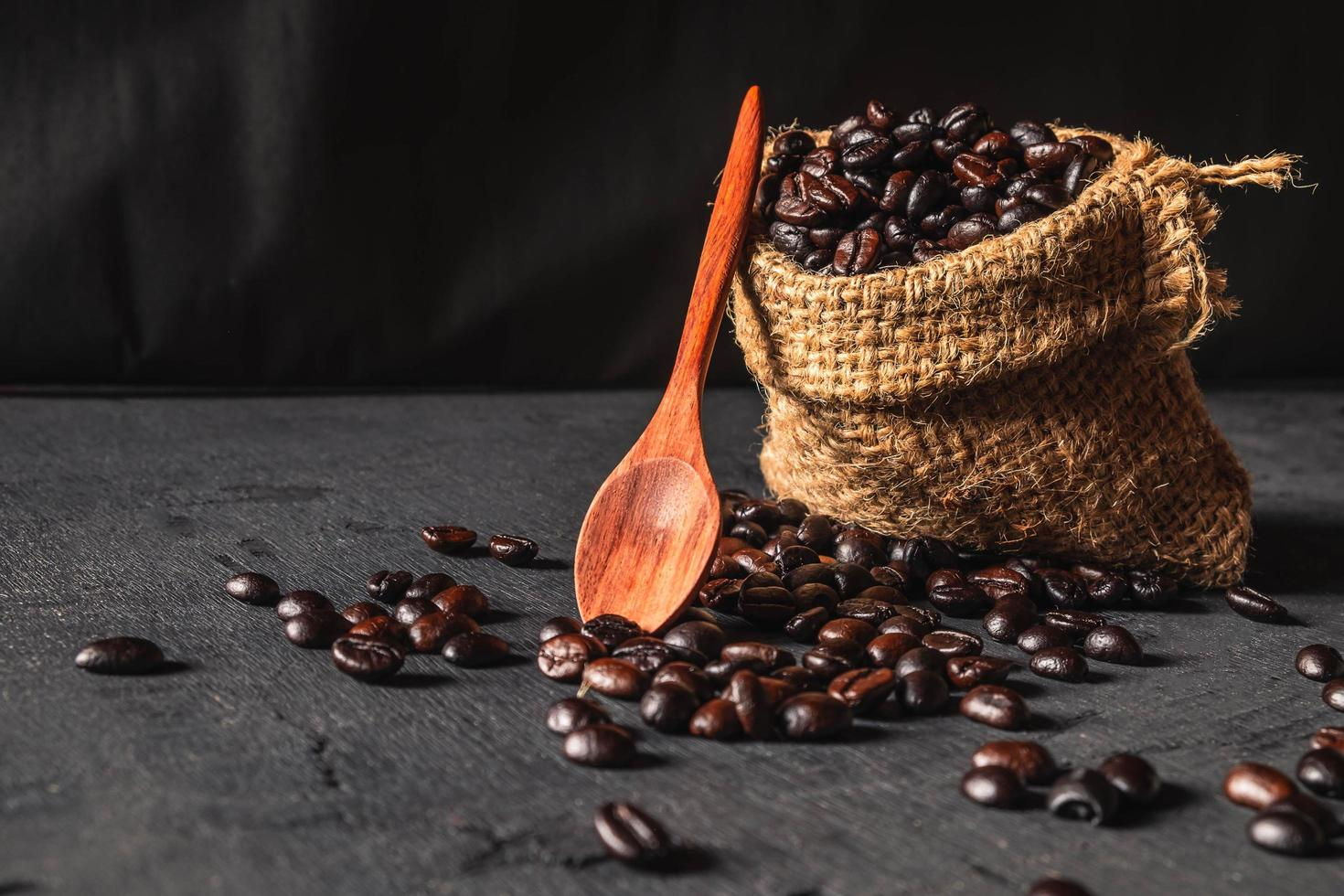 granos de café crudo en una bolsa de saco foto