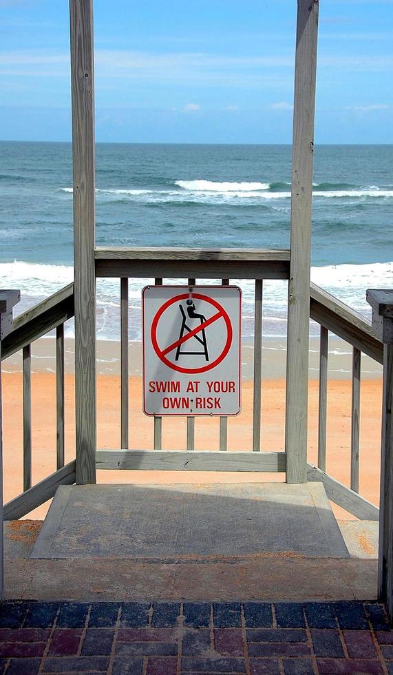 entrada da praia no oceano foto