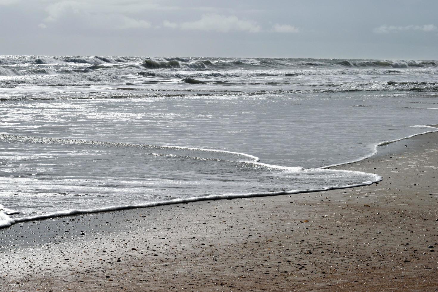 olas del mar en la playa foto