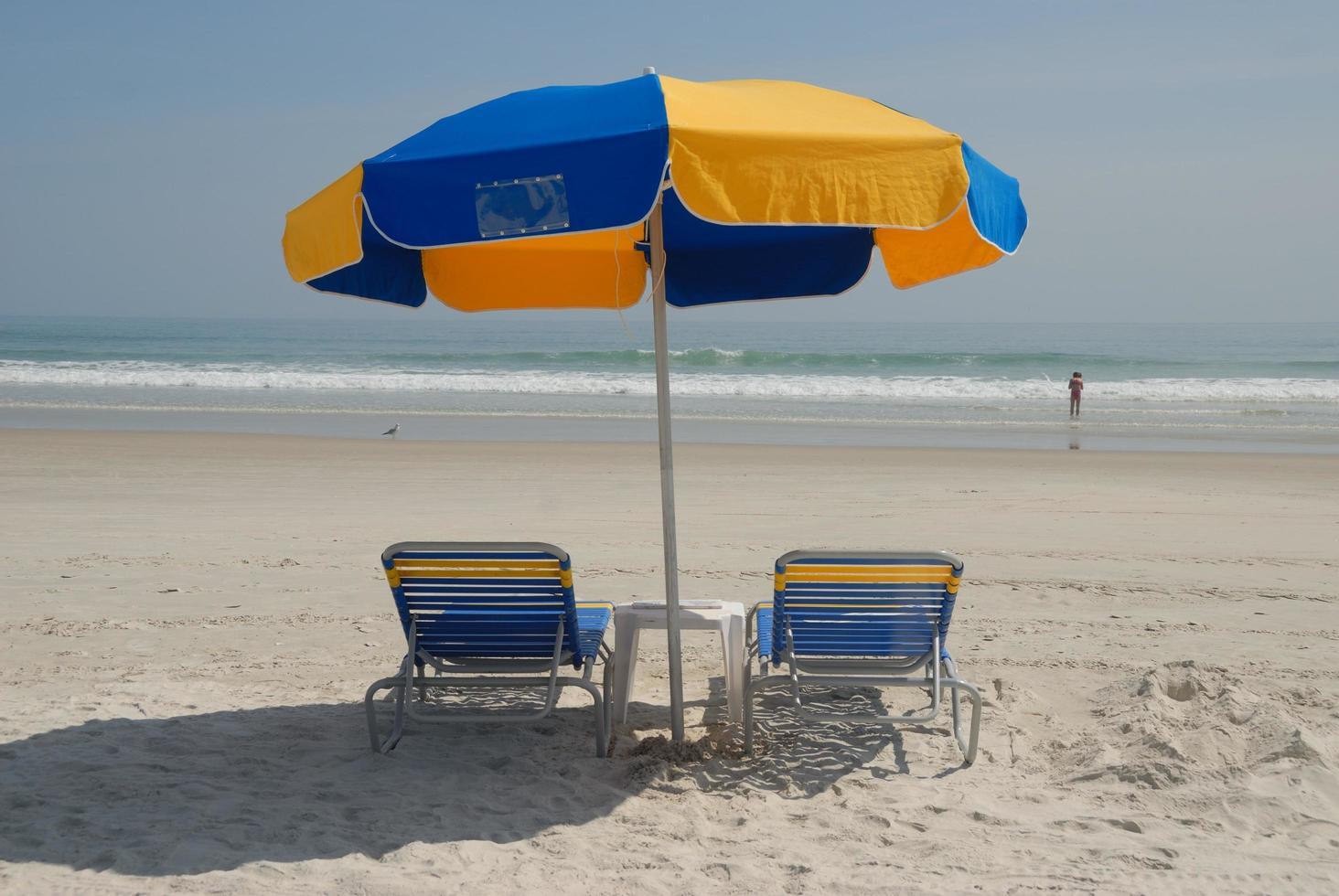 sillas de playa y sombrilla foto