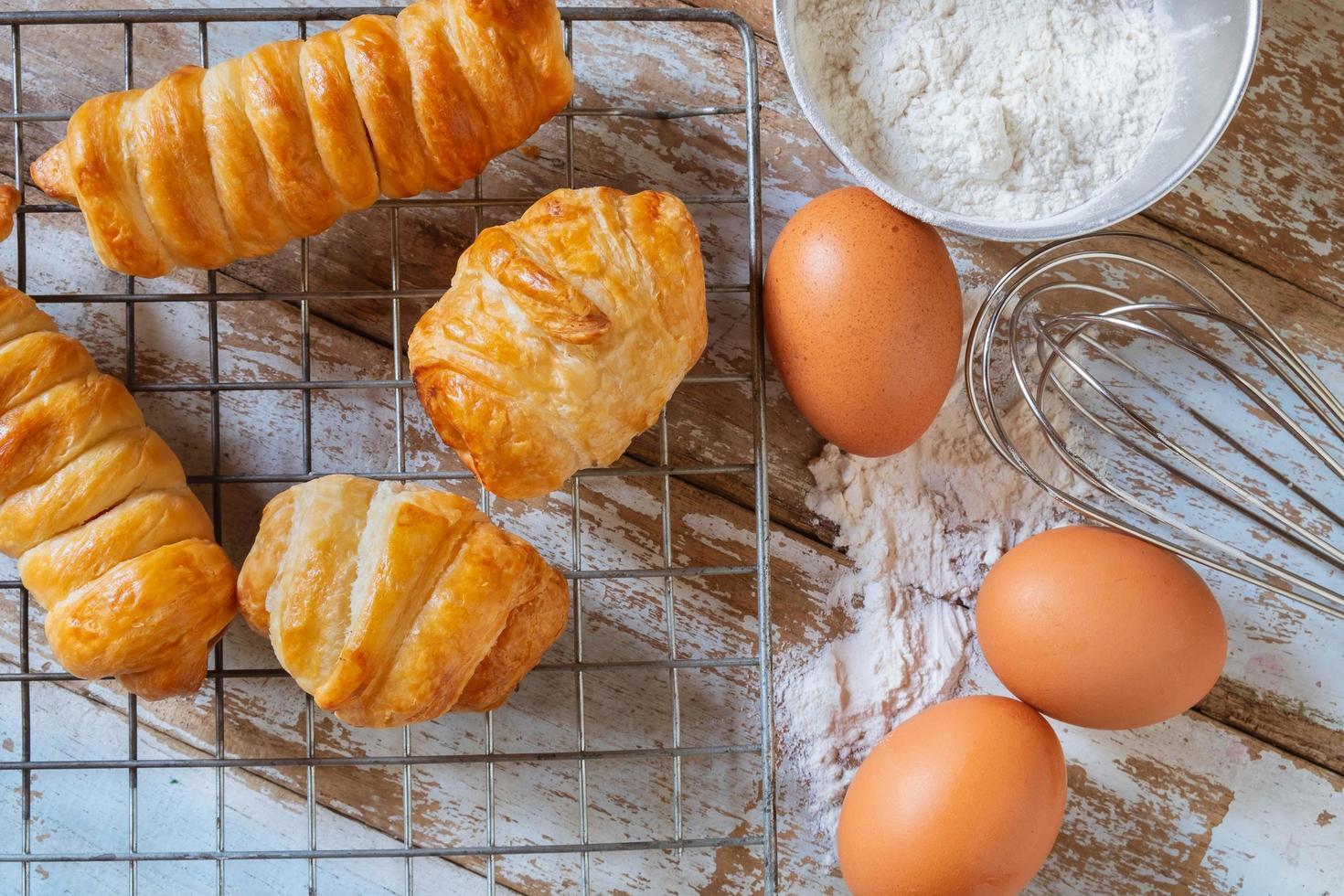 pão caseiro com ovo e tigela de farinha foto