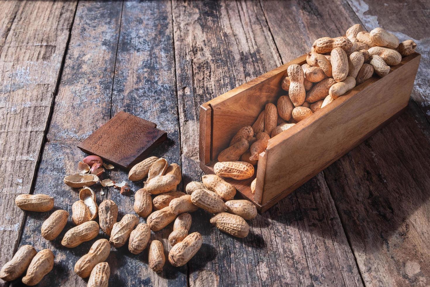 arachides dans un plat en bois photo