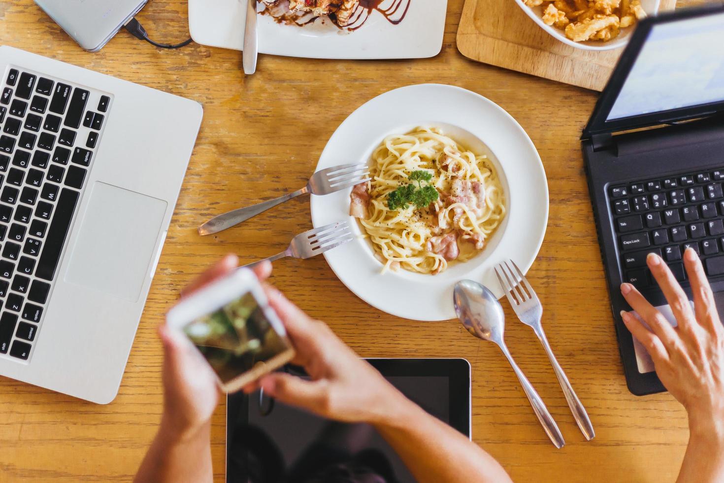 trabalhadores comem durante as reuniões em um café foto