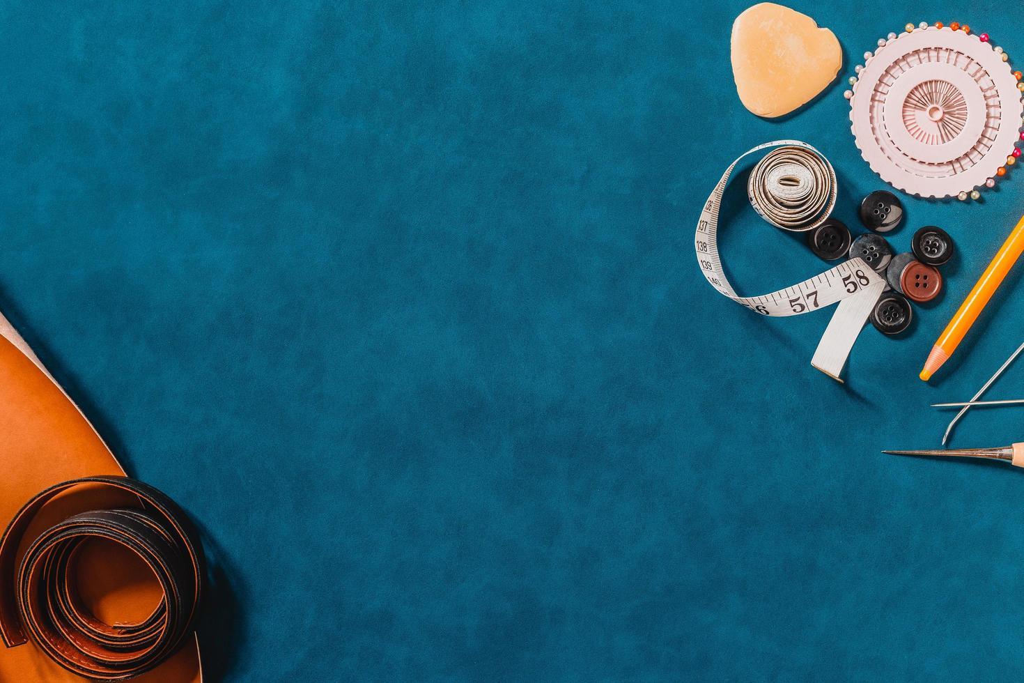 blauer strukturierter Hintergrund mit Nähwerkzeugen foto