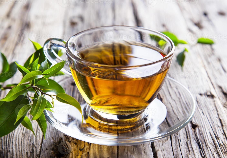 xícara transparente de chá verde foto