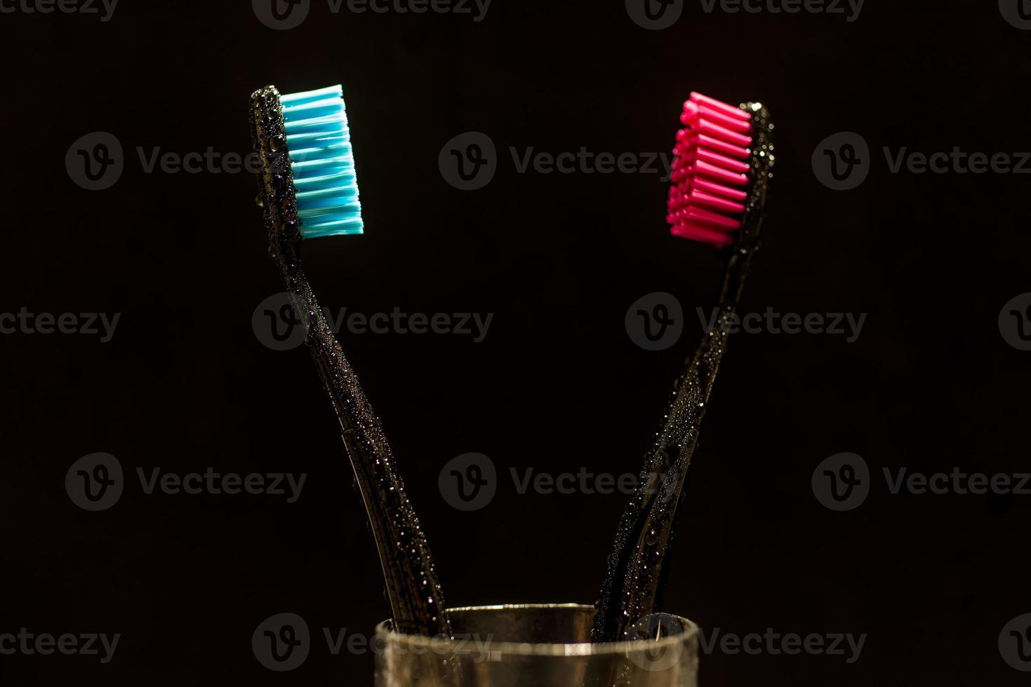 escovas de dentes vermelhas e azuis em um copo foto