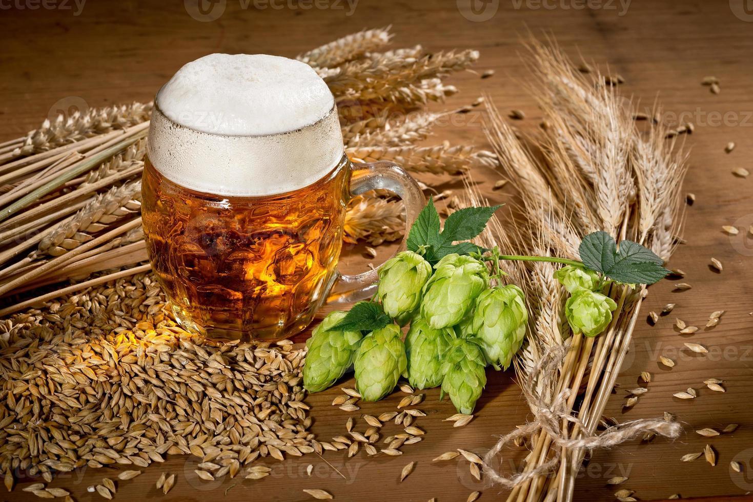 vaso de cerveza y lúpulo foto