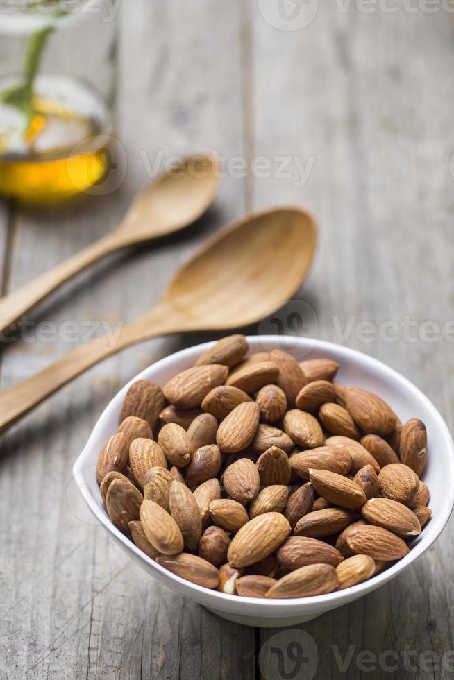 Nueces de almendra sobre fondo de madera foto
