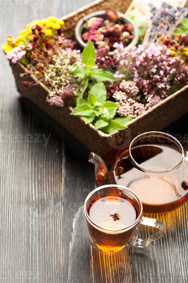 té de hierbas, varias hierbas y flores foto