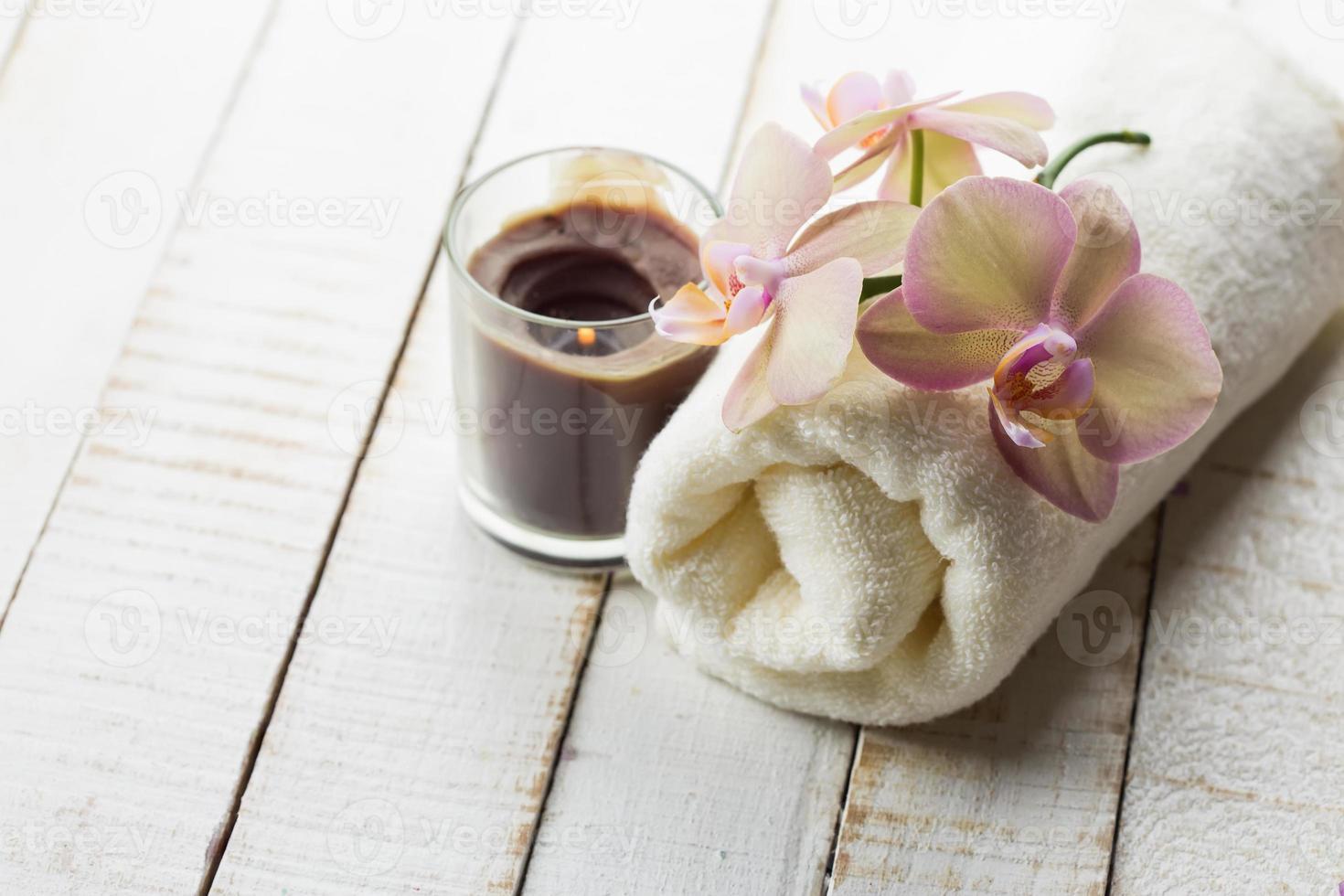 toalla de baño y orquídea. foto