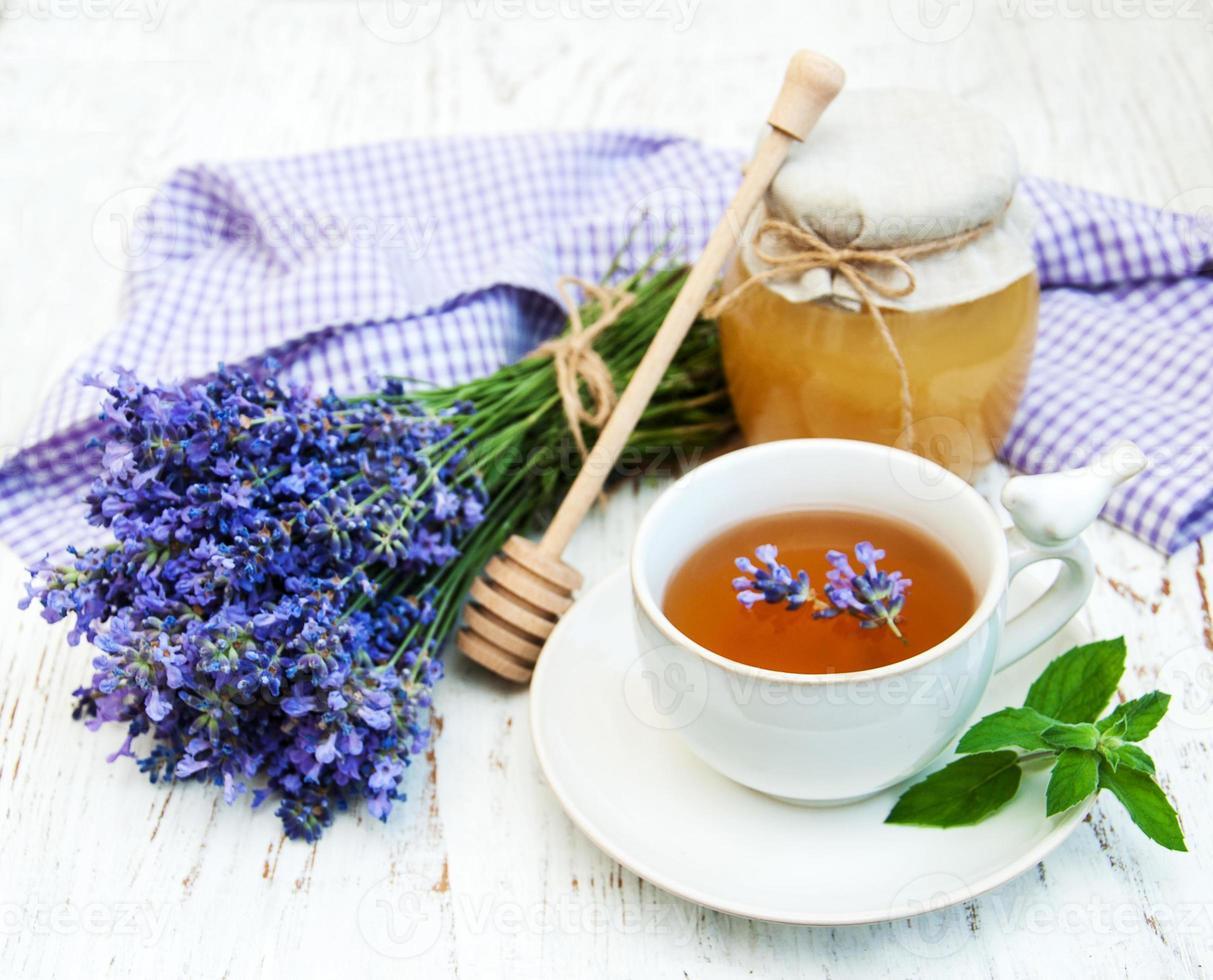 taza de té y flores de lavanda foto